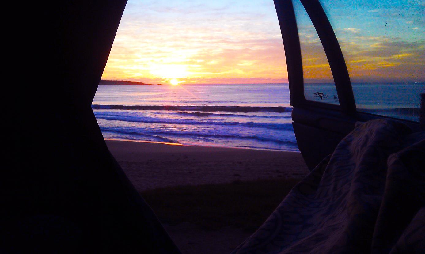Surfen met zonsopkomst