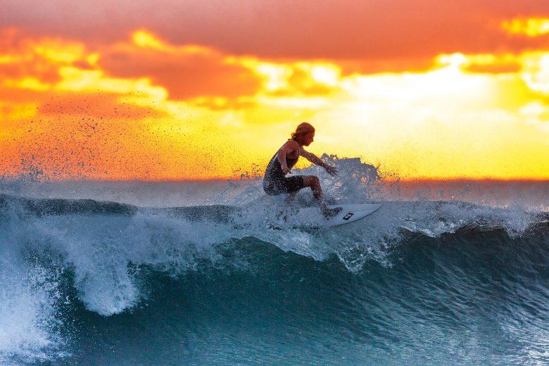 Surfer en zonsondergang